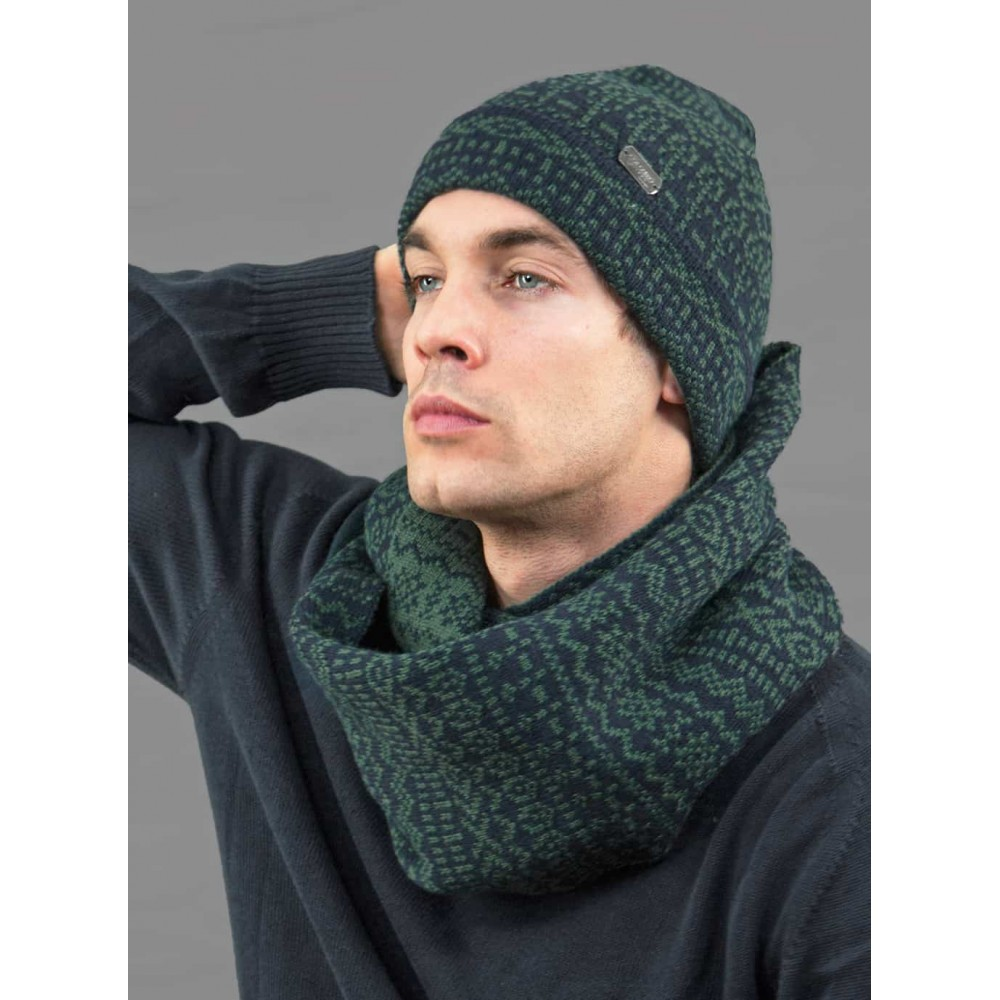 Jacquard hat and ring scarf men's set with geometric motifs - model