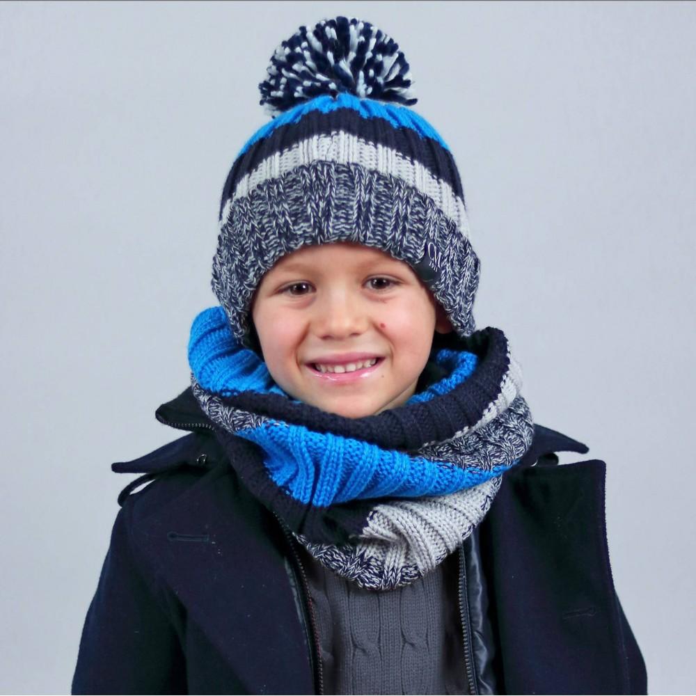 cappello e scaldacollo a maglia morbida e calda con righe colorate e pompon. Eta' indicativa: 5-10 anni.