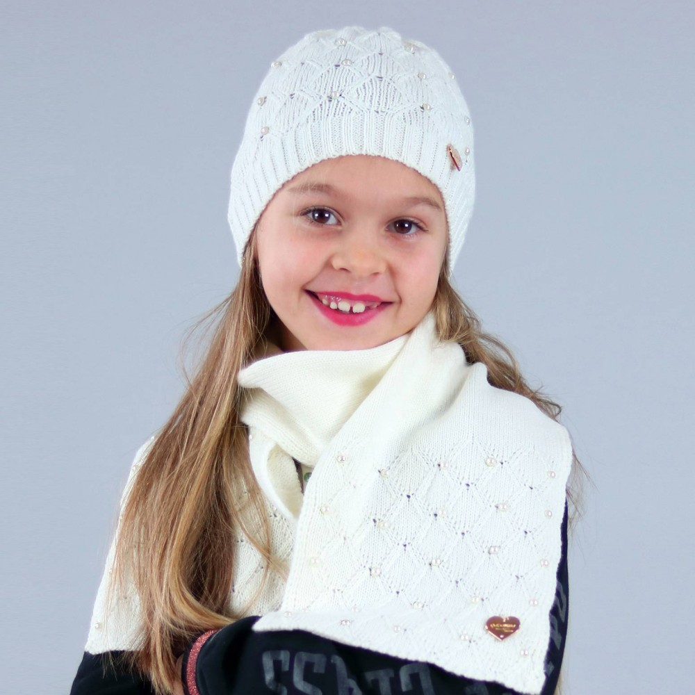 cappello e sciarpa a rombi con perle applicate da bambina