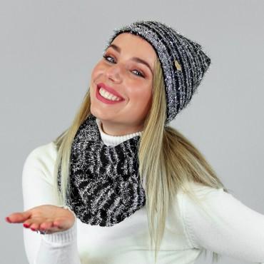Cappello e sciarpa con filato piumato lurex in scatola regalo modella