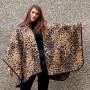 Mantella extra lunga leopardata  indossata muro