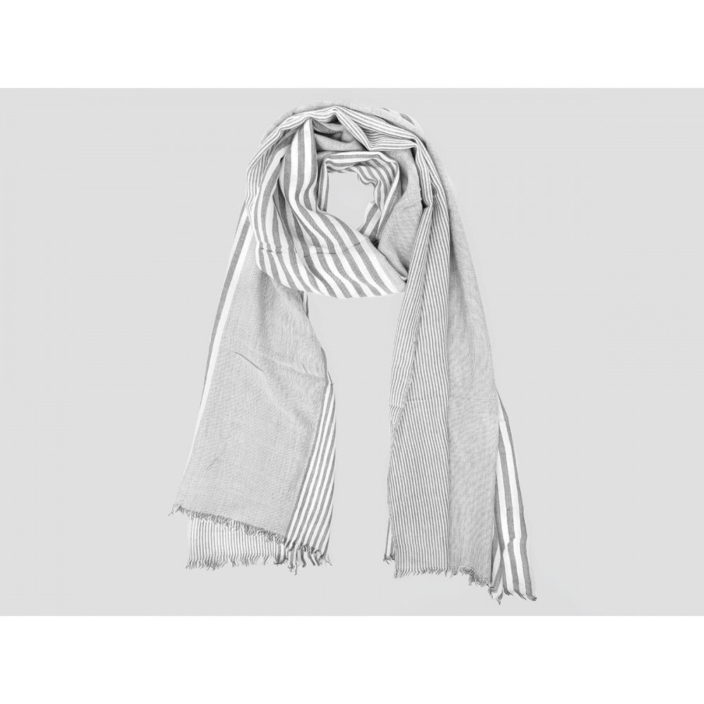 Modello - Sciarpe primaverili estive - sciarpa foulard a righe bianche e grigie