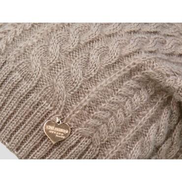 Dettaglio - berretto donna - cappello morbido tricot lavorato a trecce con medaglietta oro a cuore