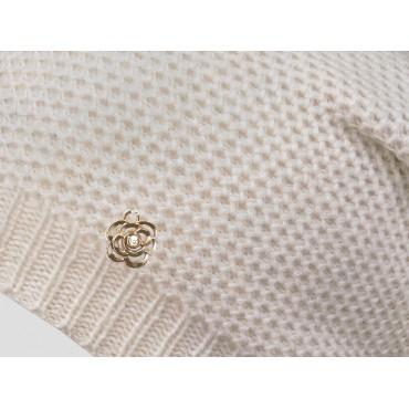 Dettaglio - berretto donna - cappello morbido tricot traforato e decorato da un fiore d'oro con brillantino