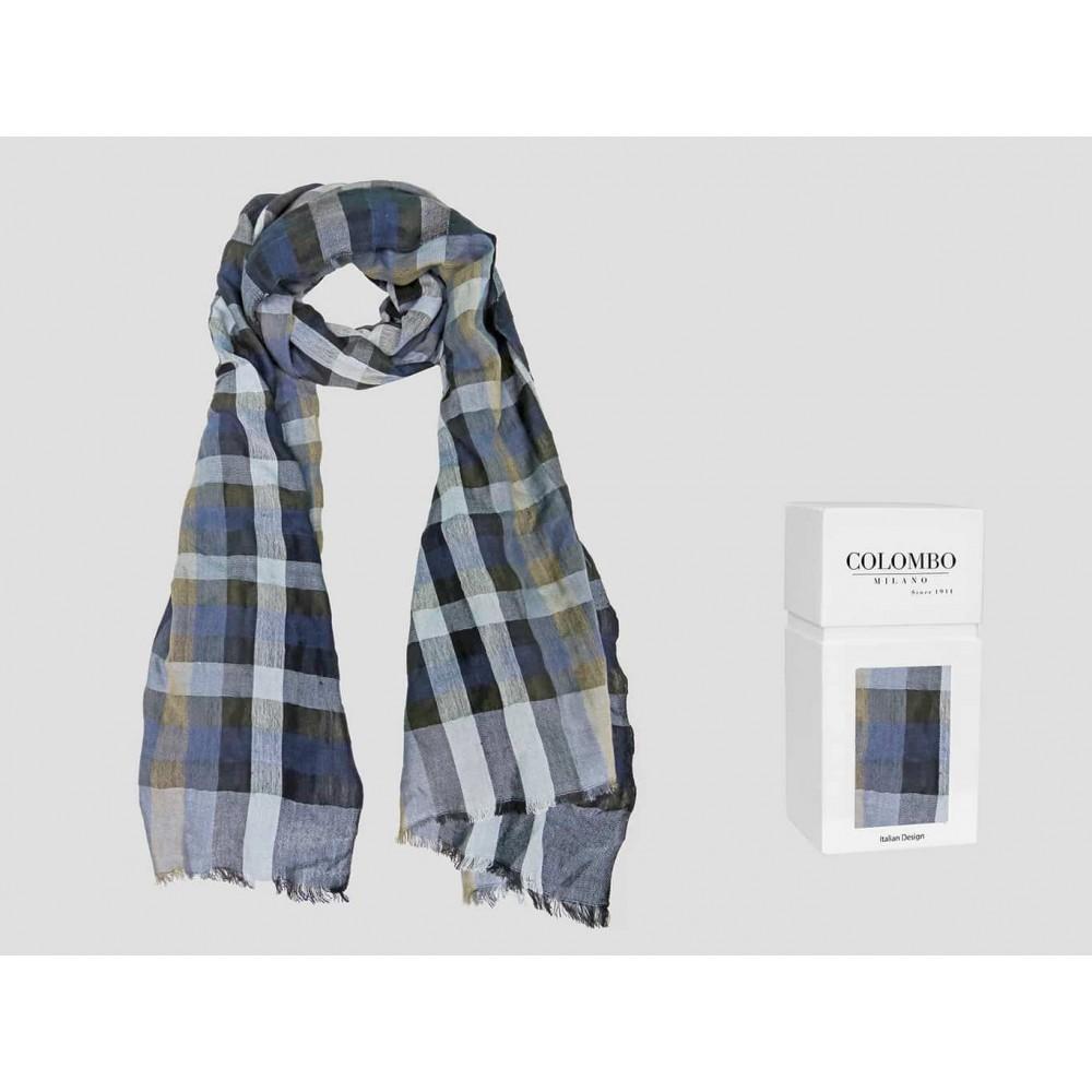 Modello - sciarpa leggera - pashmina a quadretti  blu e beige con bordi sfrangiati in scatola regalo