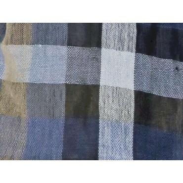 Dettaglio - sciarpa leggera - pashmina a quadretti blu e beige con bordi sfrangiati in scatola regalo