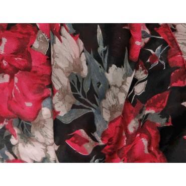 Dettaglio - sciarpa leggera - pashmina donna con stampe di rose su fondo nero in scatola regalo