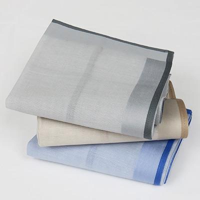 Carattere corsivo ricamato su fazzoletto di stoffa