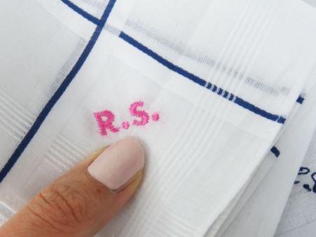 Ricamo sul bordo del fazzoletto di stoffa